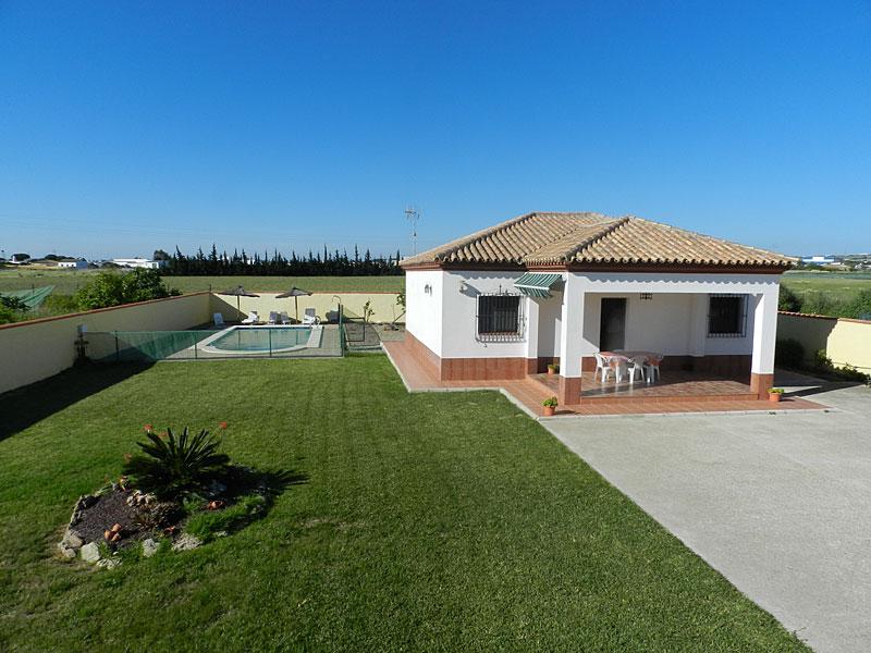 Exterior casa caluchi casa de campo con piscina en for Casas de campo con piscina